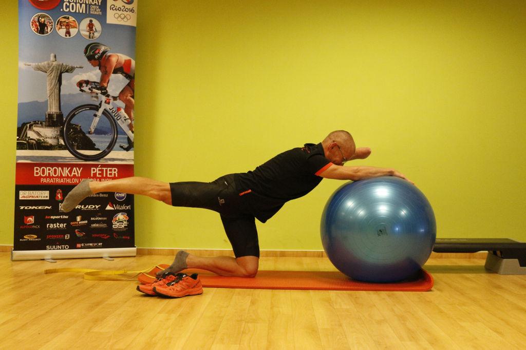 Ellentétes kar-láb nyújtás fitball labdán