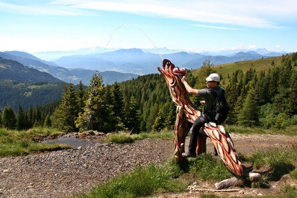 Vízköpő sárkány közvetlenül a túraútvonal mellett Forrás: www.mozgasvilag.hu