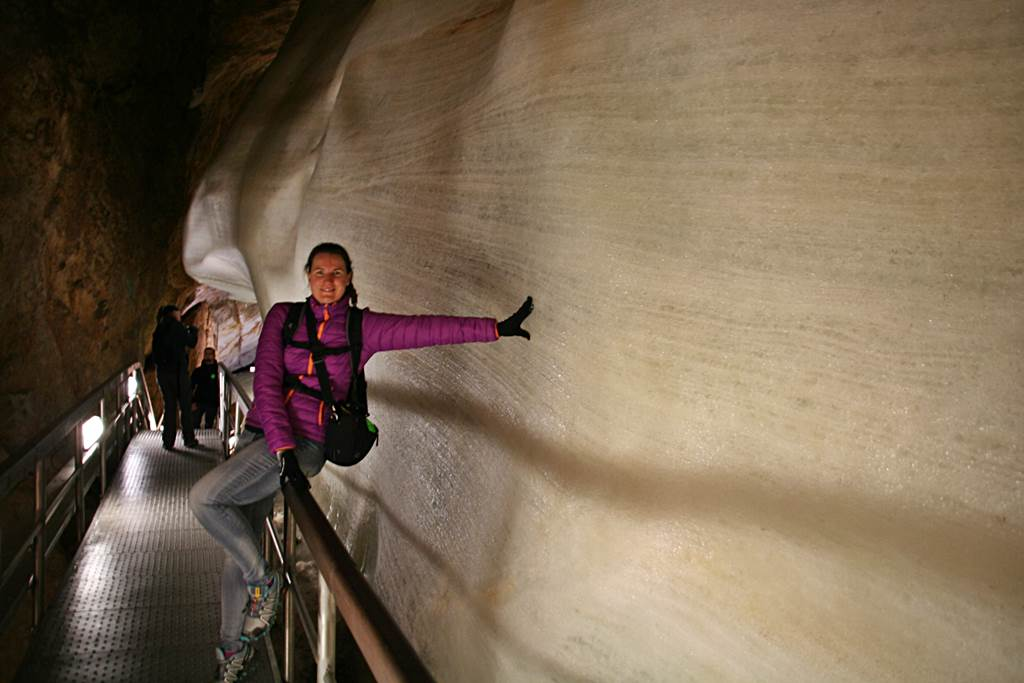 Csodálatos jég formációk a barlangban ForrĂĄs: www.mozgasvilag.hu
