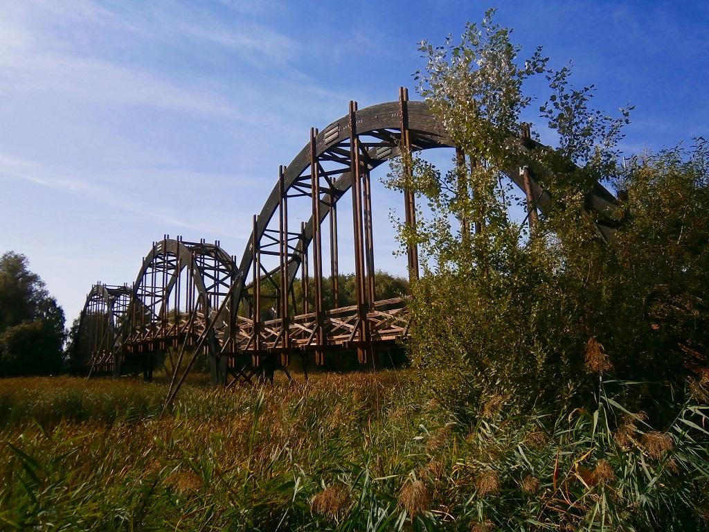 A szigetre vezető, különlegesen ívelt, fa szerkezetű híd Forrás: Kiss Csaba/www.Holkerékpározzak.hu