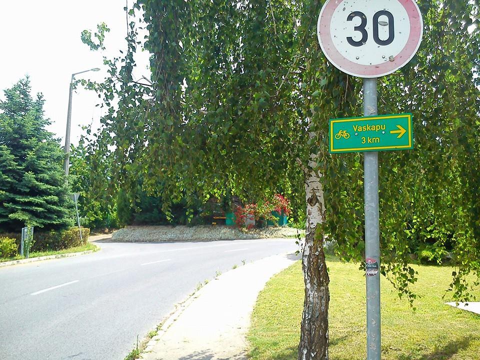 Kiegészítő tábla is jelzi az útvonal kezdetét ForrĂĄs: Mozgásvilág.hu