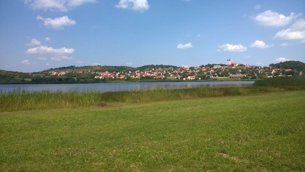 Futás a tihanyi Belső-tó körül ForrĂĄs: Mozgásvilág.hu