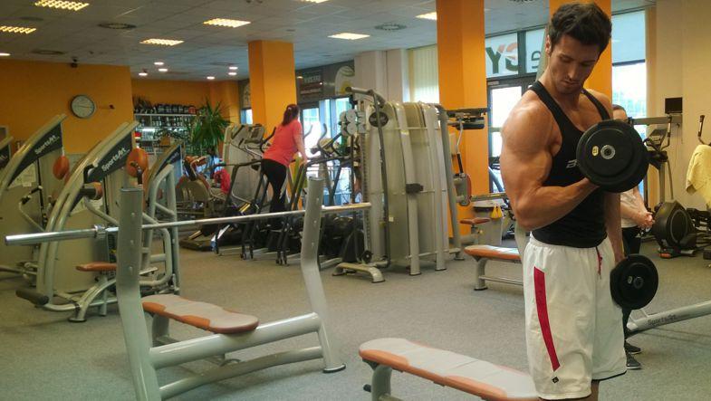 Bicepszhajlítás állva egykezes súlyzóval