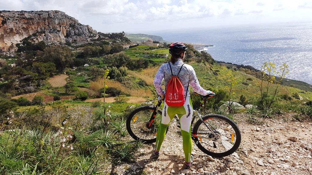 Kalandozás bringával a vadregényes sziklás tengerparton