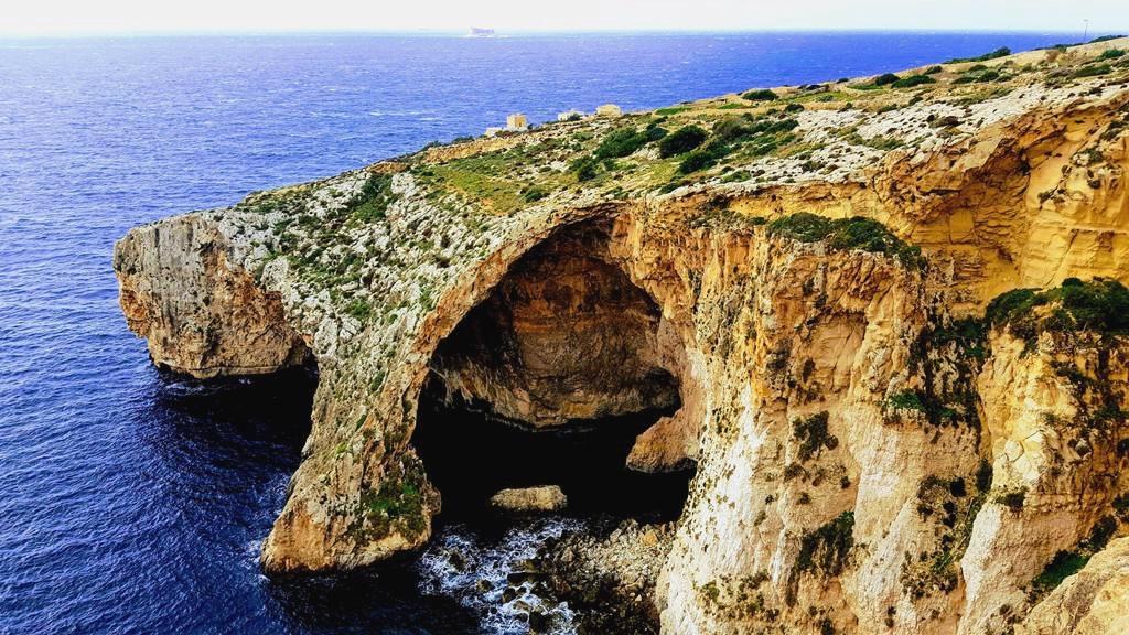 A Kék Barlang, háttérben Filfla szigete Forrás: www.mozgasvilag.hu