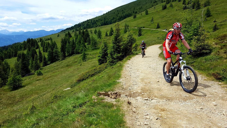 Kerékpárral a Millstatti-tó feletti szerpentinen - a kerékpárosok egyik kedvenc útvonala Forrás: www.mozgasvilag.hu