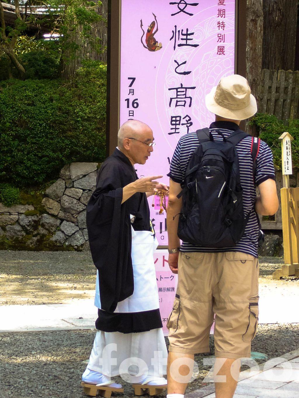 A szerzetesek bárkivel szívesen beszélgetnek, és nagyon király papucsot viselnek. Forrás: Fotozoo - Horváth Zoltán