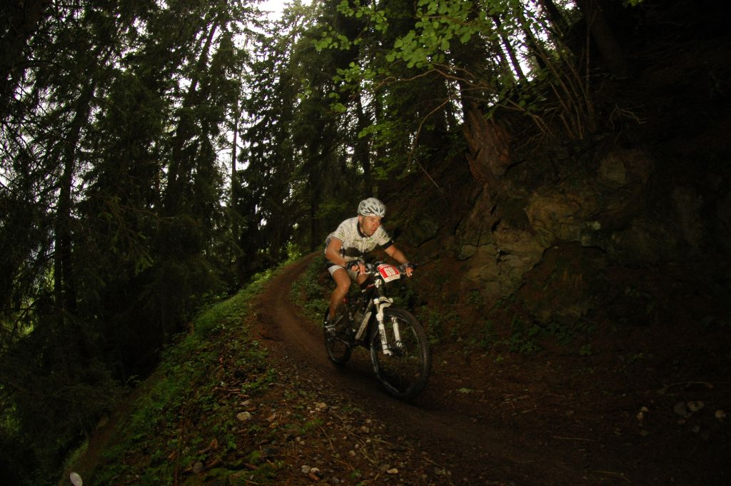 Túl a 110. kilométeren…A Dolomiti Superbike esőben, eső után is jól járható. A talaja nem ragad, csak esetleg csúszik…persze csak ott ahol gyökeres