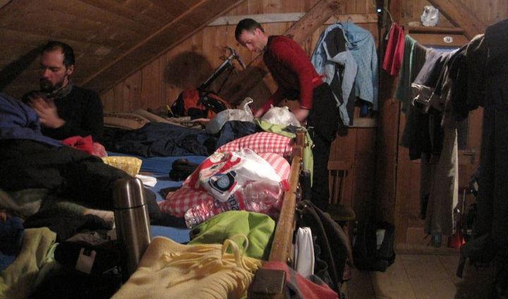 Tetőtéri szállásunk emeletes ágyakon, 19 embernek, 1 szoba