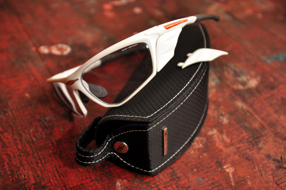 A beilleszthető oldalpanelok védik szemünk a külső behatásoktól (por, szél, fény, víz)