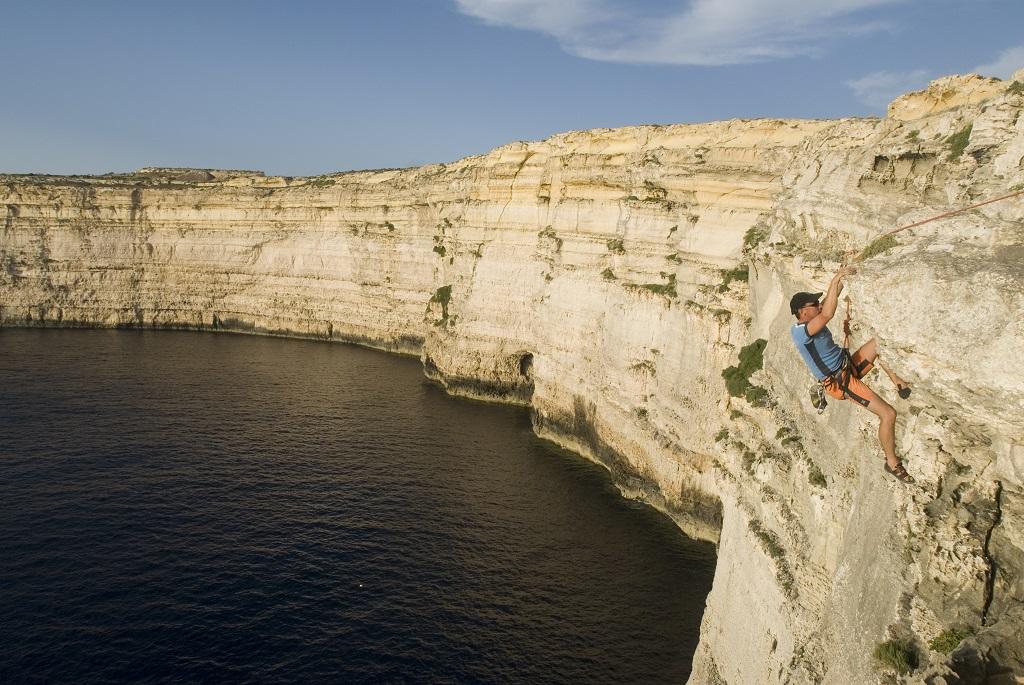 Izgalmas sziklamászás a víz felett. Forrás: Máltai Idegenforgalmi Hivatal