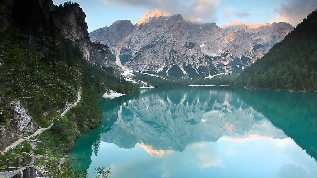 A Kis Croda Rossa csúcsa a Pragser Wildsee felől nézve Forrás: Youtube