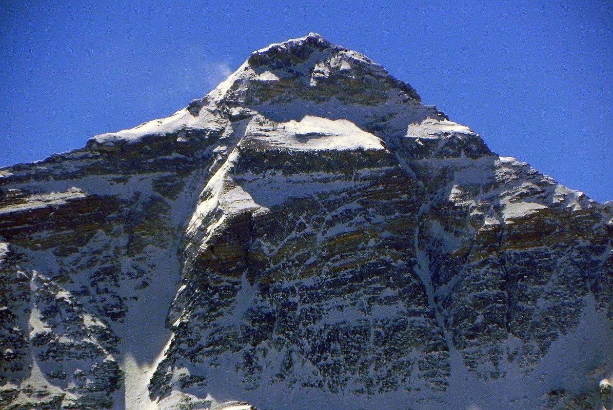 Everest északi fal. A csúcspiramis bal oldalán lefutó széles folyosó a Norton, a jobb oldalon látható markáns bevágás a Hornbein Forrás: Wikimapia