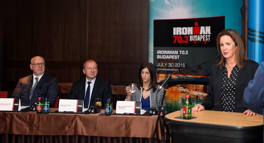 Az Ironman 70.3 sajtótájékoztatón Diana Bertsch, a világbajnokságért felelős alelnök beszél. Forrás: Kropkó Promotion Kft.