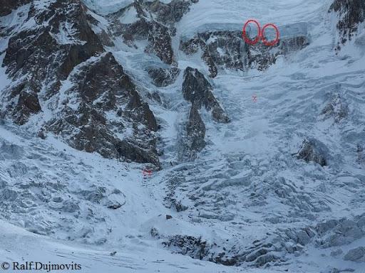 A Nanga Parbat, a két veszélyesen dőlő jégtoronnyal Forrás: Ralf Dujmovits