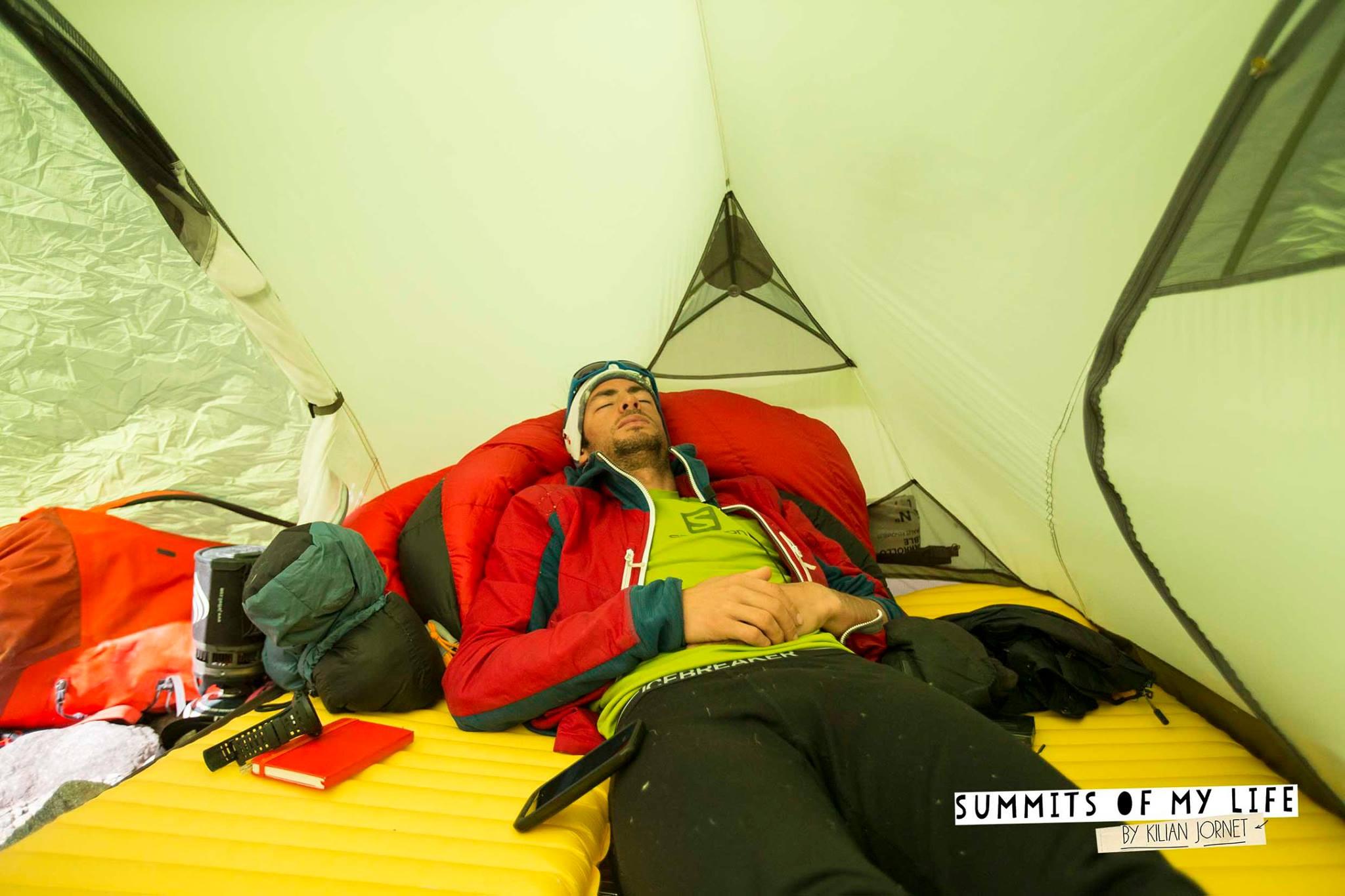 Pulzusmérés és pihenés a sátorban Forrás: summitsofmylife.com