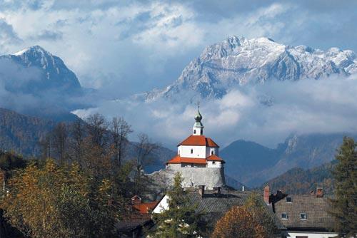Mali Grad Kamnik közepén, háttérben a Kamnik Alpok