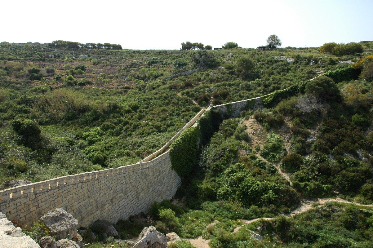 A Victoria Lines falának egy épen megmaradt és jól látható szakasza Forrás: Victoria Lines Malta