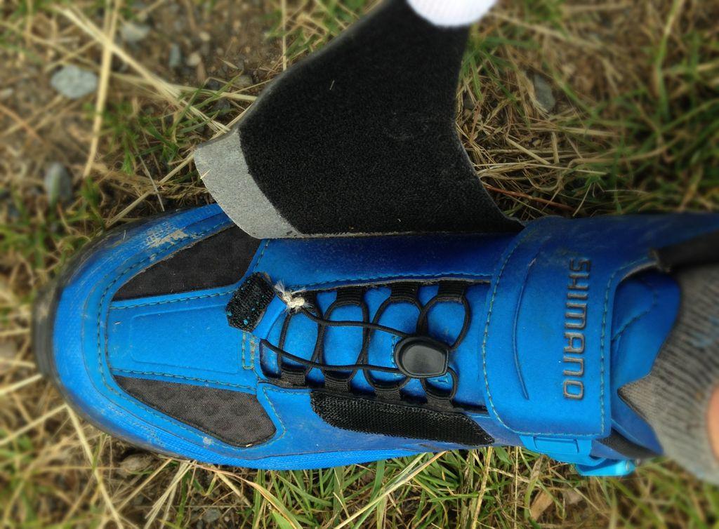 A nylon fűzőt összefogó szorító pöcökkel (ki tudja mi a hivatalos neve ennek?) egy mozdulattal szoríthatunk vagy enyhíthetünk a cipő tartásán. Forrás: Paraferee - Mozgásvilág.hu