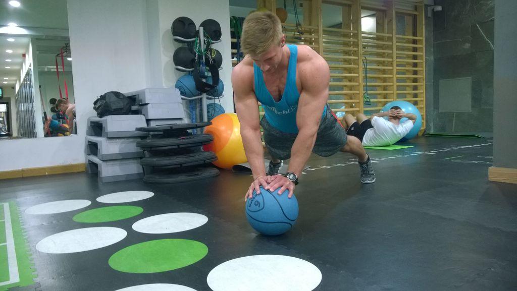 Váltott karos fekvőtámasz medicinlabdával Forrás: Mozgásvilág.hu