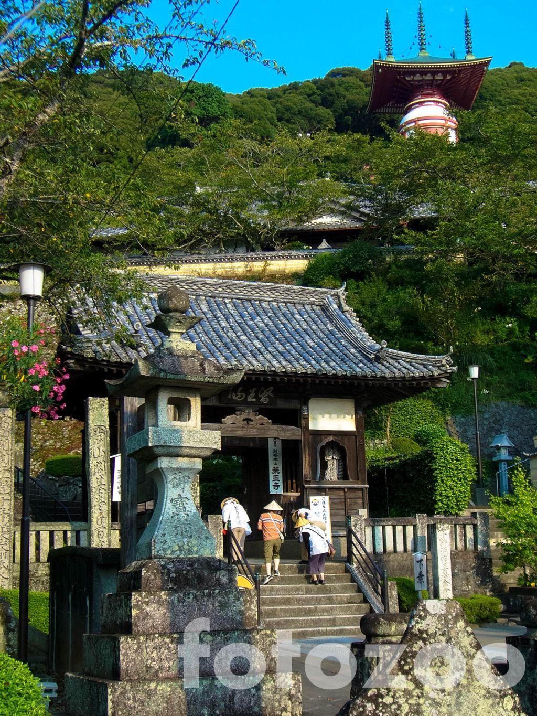 Zarándokok Minami templománál, a legtöbb szentélyhez bizony lépcsőzni kell. Forrás: Fotozoo - Horváth Zoltán