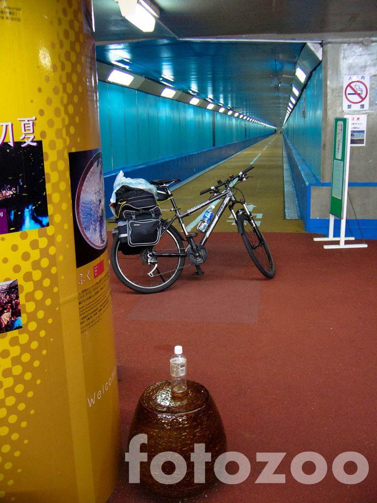 Tenger alatt kerékpározni tilos! Áttolom a biciklit Kyushura Forrás: Fotozoo - Horváth Zoltán