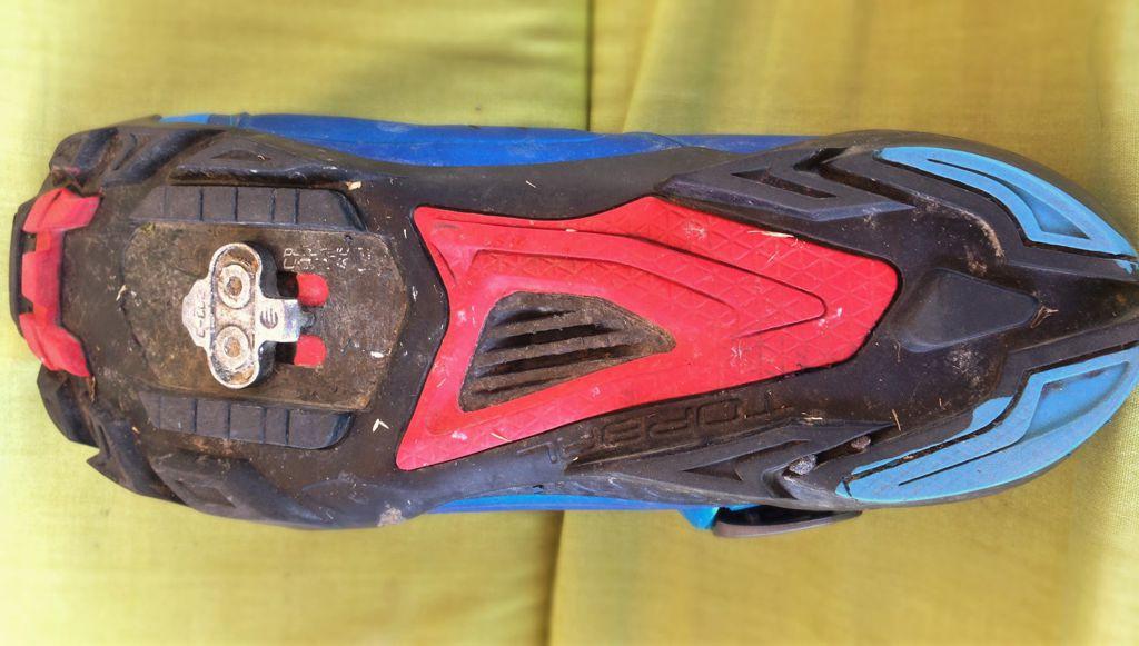 XC versenyszerű kerékpározáshoz merev cipő illik, az enduro stílushoz viszont pont, hogy nem. Forrás: Paraferee - Mozgásvilág.hu