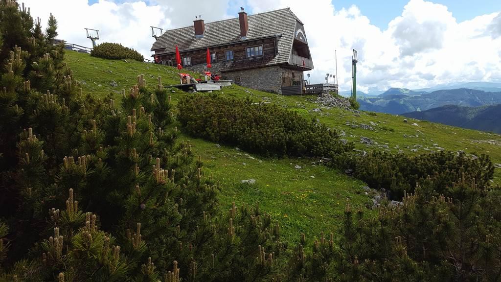 A Schönleiten menedékház képezi a határt a lágy alpesi vidék és a meredek sziklás vadregényes táj között ForrĂĄs: www.mozgasvilag.hu