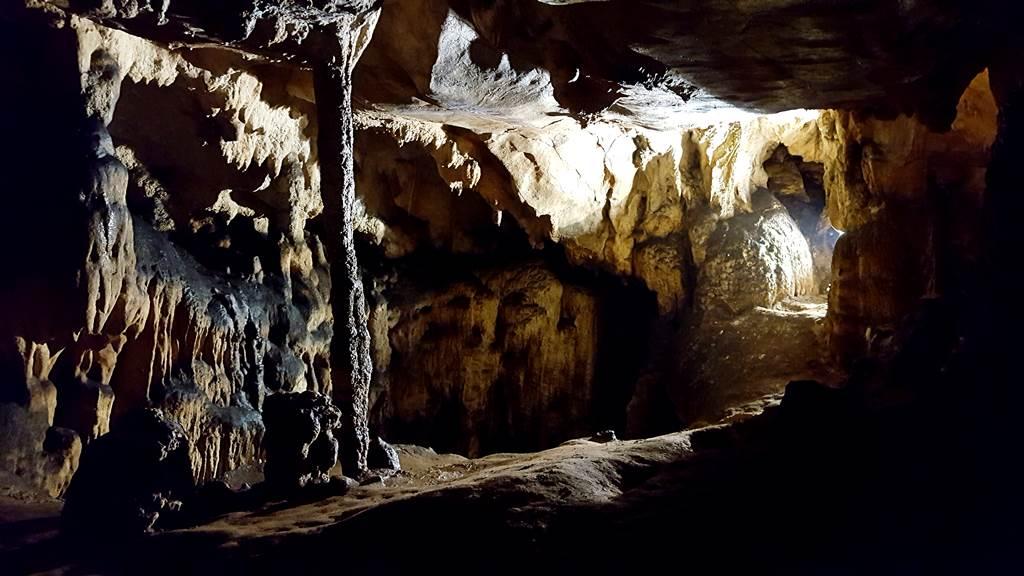 A barlangban teremről-teremre különböző cseppkő formációkat láthatunk Forrás: www.mozgasvilag.hu