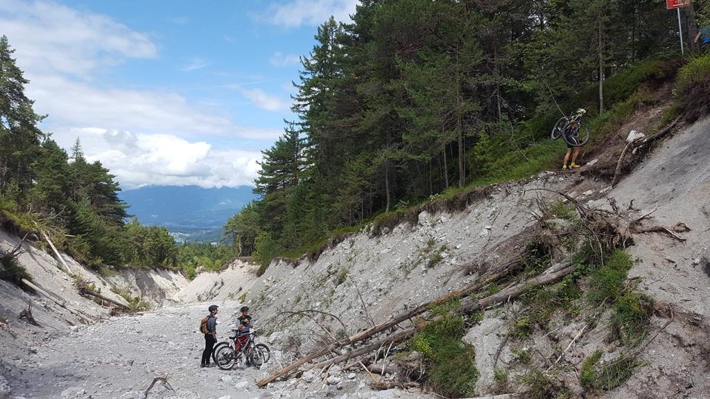 Itt bizony kézben kell felcipelni a bringát a túloldalra Forrás: www.mozgasvilag.hu