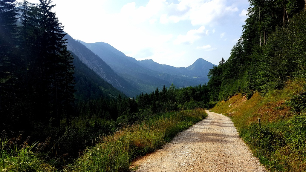 Úton a Klagenfurter Hüttétől vissza a völgy felé Forrás: www.mozgasvilag.hu