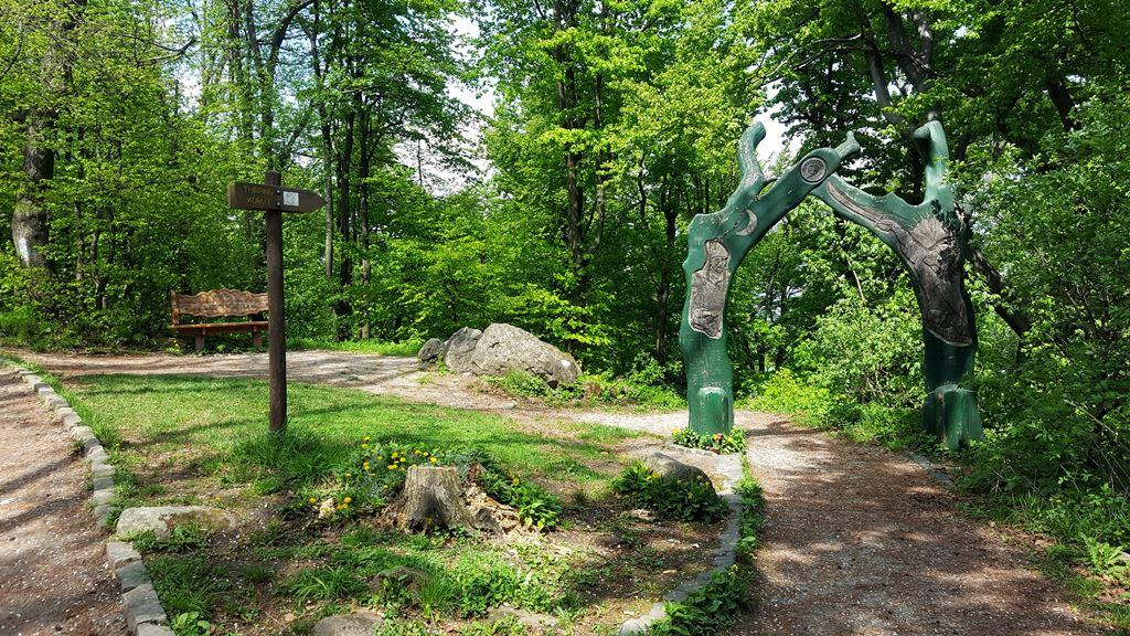 Hamarosan tábla és a faragott zöld kapu is felhívja figyelmünket az út kezdetére Forrás: Mozgásvilág.hu