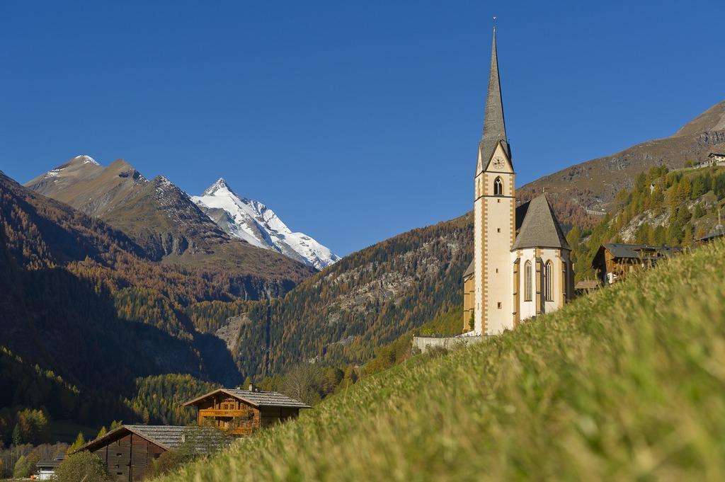 Heiligenbluti templom és a Großglockner a háttérben Forrás: © Kärnten Werbung, Fotograf: FranzGERDL