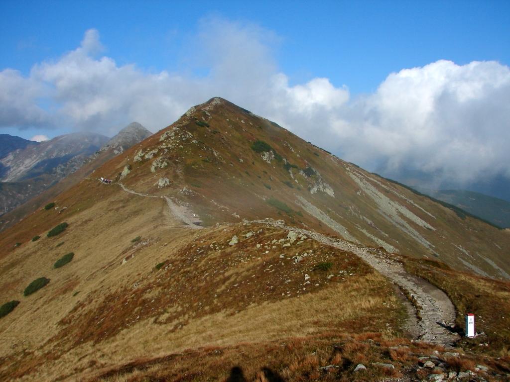 A Gáspár-csúcsról a Konrád-púpon át a Sötét-hegyre ForrĂĄs: Nagy Árpád