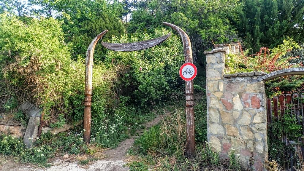 A Tűzkőhegyi tájvédelmi körzet kapuja Forrás: Nyáry Tamás