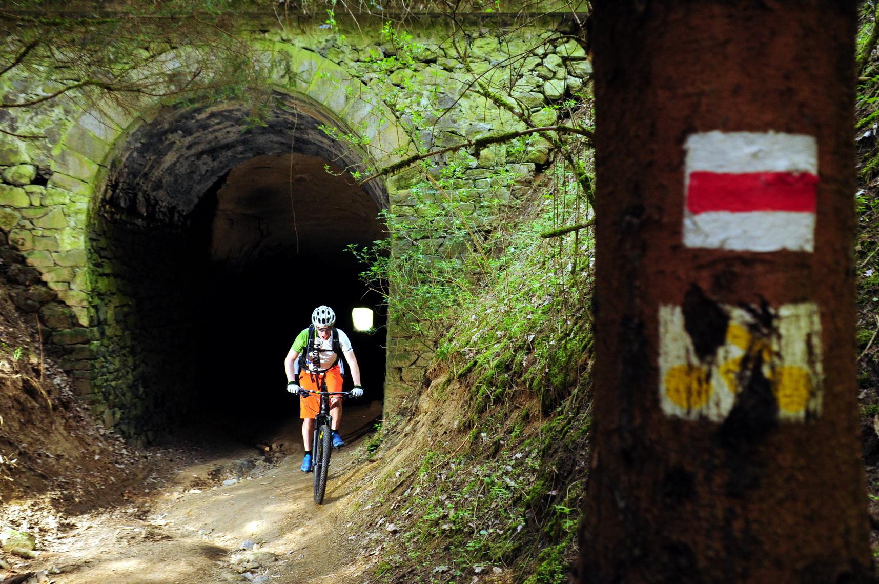 Izgalmas kezdés - a régi keskeny nyomtávú vasút alagúton át ForrĂĄs: Paraferee