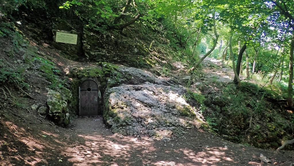 A Bátori barlang bejárata, jobbra a szikla és a hasadék látszik Forrás: Nyáry Tamás