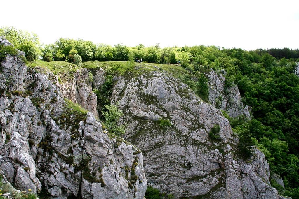 Messzebbről látszik csak igazán, milyen magas a sziklafal ForrĂĄs: www.mozgasvilag.hu