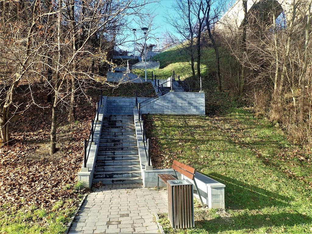Lépcsősor a Biatorbágyi viadukthoz Forrás: Nyáry Tamás