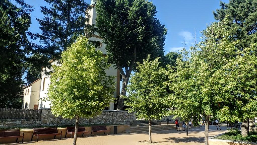 Nagykovácsi templom az előtte lévő parkos résszel Forrás: Nyáry Tamás