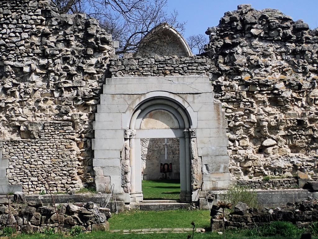 Vértesszentkereszti kolostor rom Forrás: Nyáry Tamás