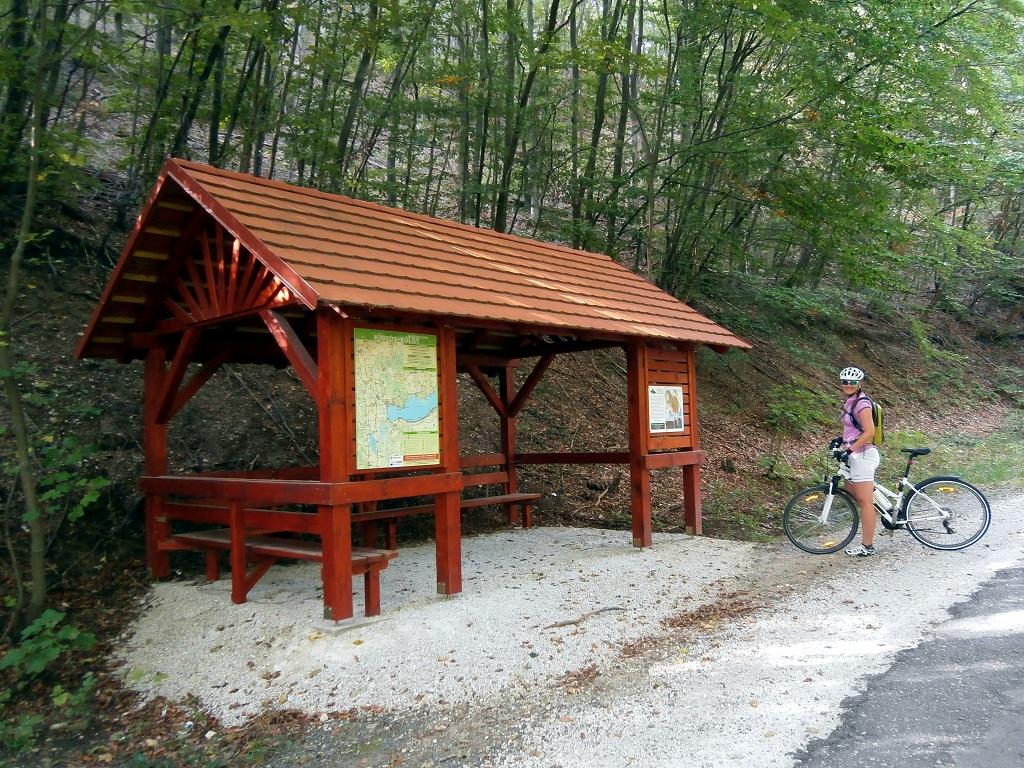 A kanyargós út mellett információs tábla és esőbeálló található Forrás: Kiss Csaba/www.Holkerékpározzak.hu