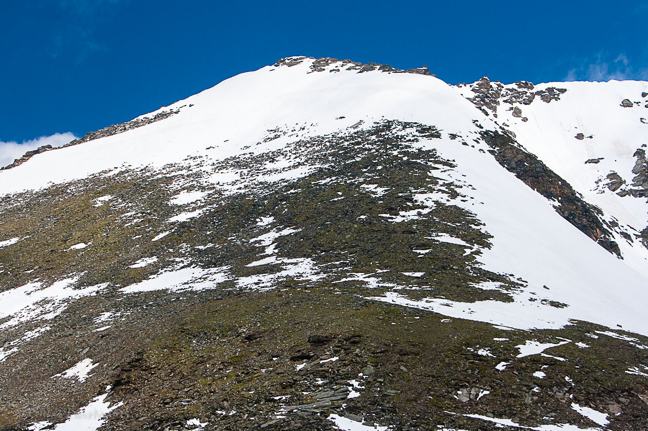Június végi felvétel a Fraganter Schartéból a Herzog Ernst csúcsáról. Az út a hóborította, kitett bordán kanyarog. ForrĂĄs: Mozgásvilág/Pintér László
