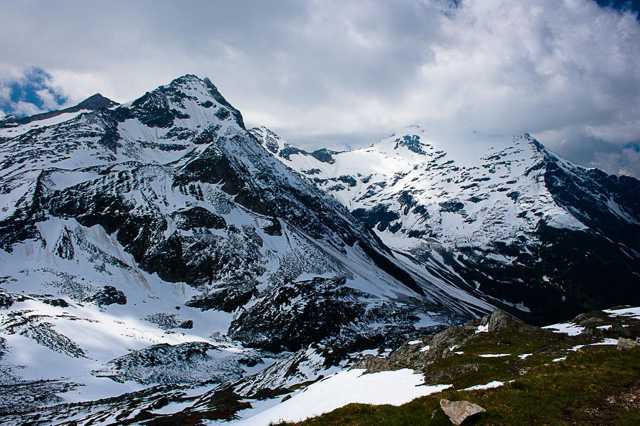 Kilátás a hópalástba burkolózó Sonnblick (balra) és Hocharn csúcsokra ForrĂĄs: Mozgásvilág/Pintér László
