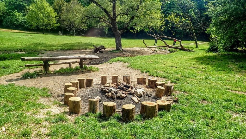Tágas tűzrakóhely pihenőpadokkal a Millenium emlékkő közelében Forrás: Nyáry Tamás