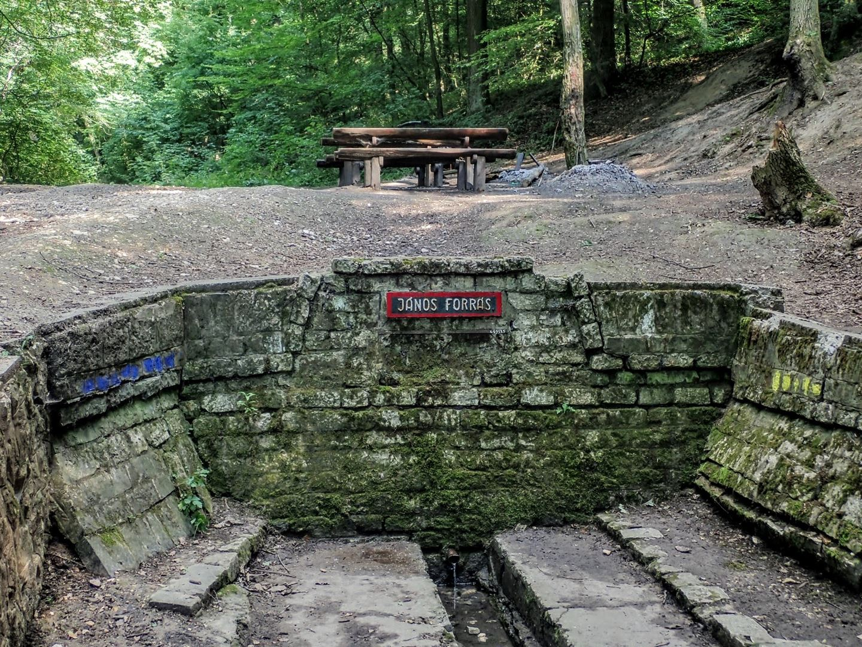 A János-forrás és a mellette levő pihenő és tűzrakó hely Forrás: Nyáry Tamás