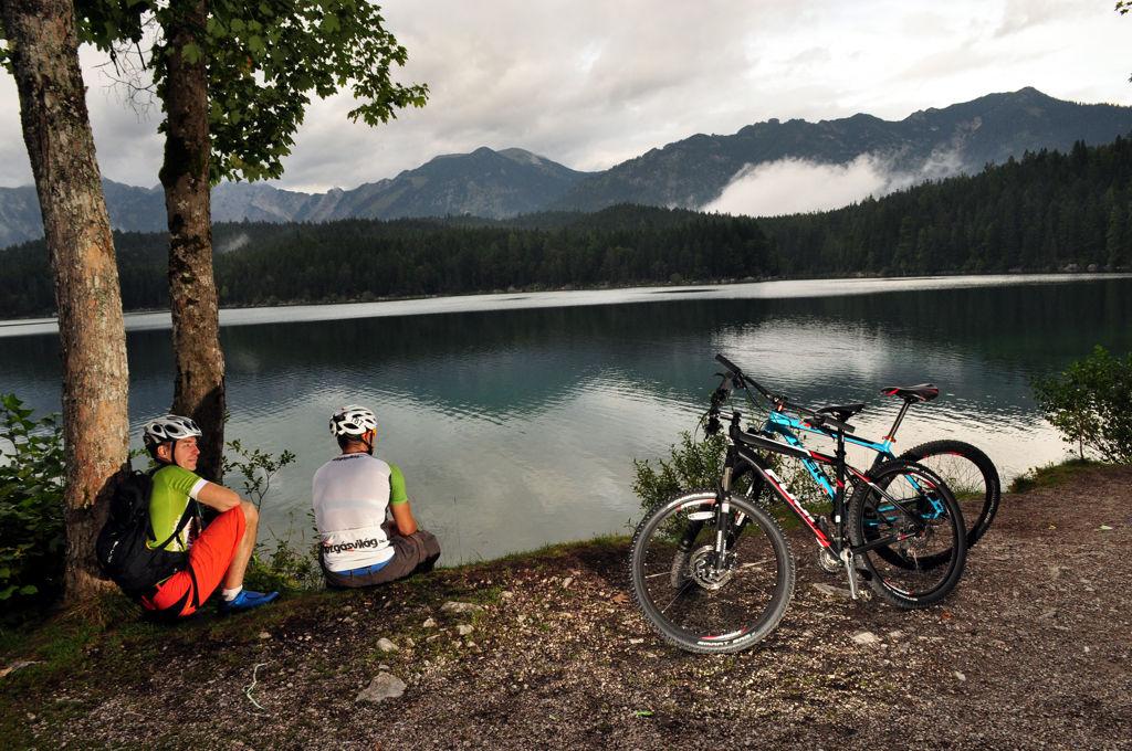 A tó körül 7,2 km hosszú túraúton lehet élvezni a panorámát és a hegyi környezetet. ForrĂĄs: Paraferee - Mozgásvilág.hu