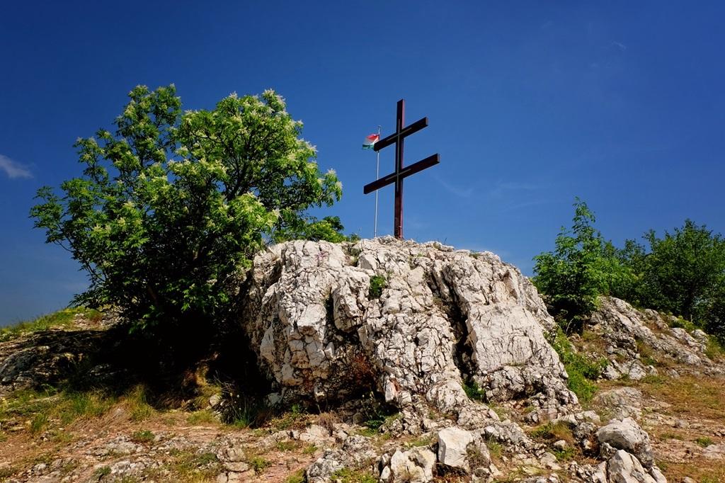 Kettős kereszt és országzászló az Oszoly-csúcson Forrás: Vígh Tarsoly Gergő