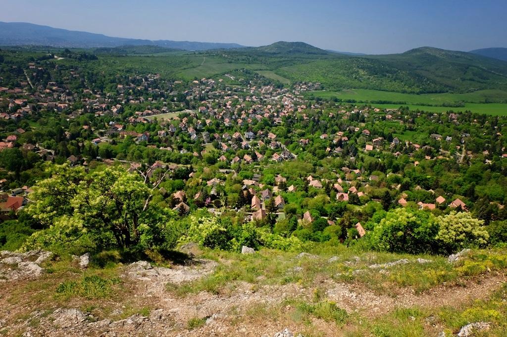 Csobánka házai az Oszoly-csúcsról Forrás: Vígh Tarsoly Gergő