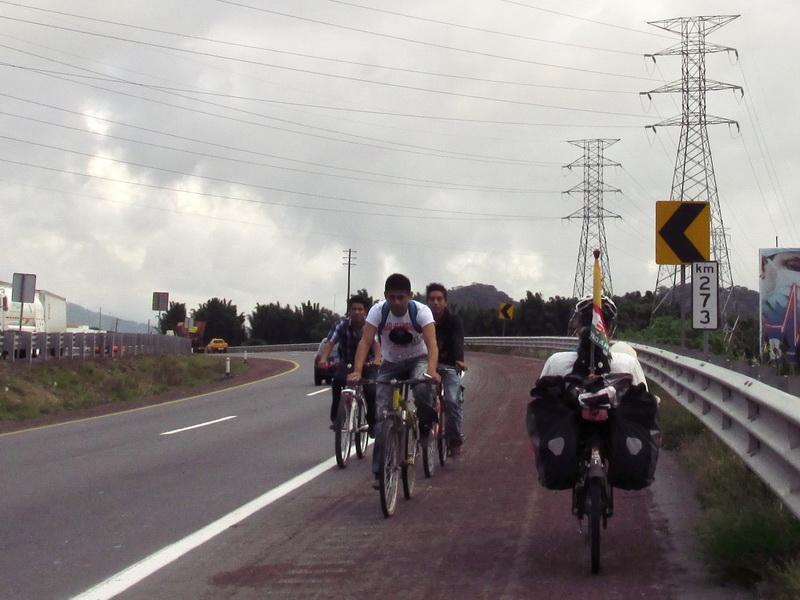 Mexikóban az autópályák leállósávjában Forrás: 360fokbringa